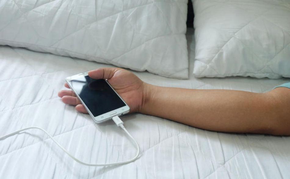 मोबाइल चार्जमा राखेर सुत्ने बानी छ ? सावधान !